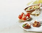 Melone mit Serrano-Schinken; gefüllte Tomaten; Sommersalat