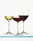 Zwei Rotweingläser und ein Weissweinglas