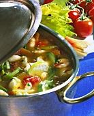 Fischsuppe mit Gemüse im Suppentopf