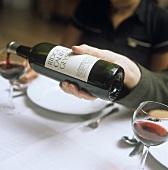Rotwein mit falsch gehaltener Flasche nachschenken