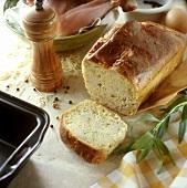 Hähnchen-Estragon-Kuchen, umgeben von Zutaten