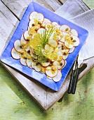 Apfel-Carpaccio mit Kapern, Schnittlauch und Salat