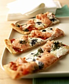 Pizza salmone e caviale (Pizza slices with salmon & caviar)