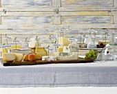 Verschiedene Käsesorten mit Fähnchen auf Tisch