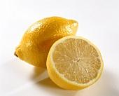 Zitrone und Zitronenhälfte