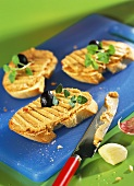 Crostini alla crema di olive (Röstbrote mit Olivencreme)