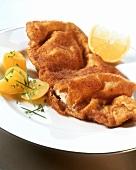Wiener Schnitzel mit Kartoffeln und Zitronenscheibe