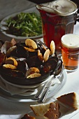 Mussels with salad and beer