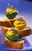 Pikant gefüllte Mini-Kürbisse auf Brotscheiben