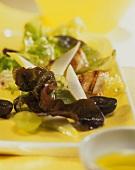 Eichblattsalat mit Trauben, Birnen und Hähnchenfilet