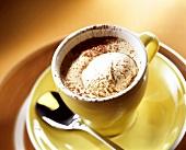 Espresso mit Baileys-Eis in gelber Tasse