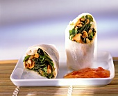 Rice paper parcels with chanterelles, seaweed and rocket