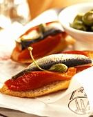 Brote belegt mit Sardinen, Kapern und Paprika (Tapas)