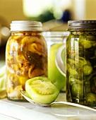 Eingelegtes Gemüse in Gläsern (Gewürzgurken, Tomaten etc.)