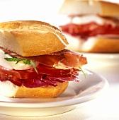 Panini mozzarella e prosciutto (bread roll with cheese & ham)