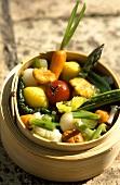 Gedämpftes Gemüse und Pilze im Bambusdämpfer
