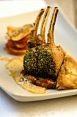 Lammkarree mit Kräuterkruste und Spinat-Teigtasche