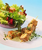 Spiedini di tonno (tuna kebabs with salad, Italy)