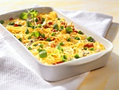 Quick pasta bake with peas and peppers