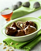 Fichi e pinoli al cioccolato (stuffed chocolate figs, Italy)