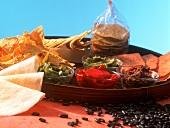 Tortillachips, eingelegtes Gemüse und Bohnendip