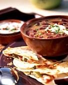 Mexikanische Bohnensuppe mit saurer Sahne und Quesadillas