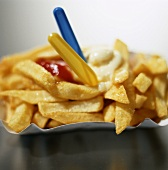 Chips with mayonnaise, ketchup and plastic forks