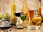 Verschiedene Getränke in Gläsern und Flaschen