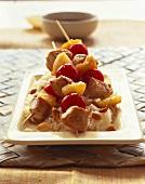 Putenspiesse mit Ananas und Kirschtomaten auf Erdnussreis