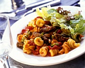Spiral pasta with beef, tomatoes and lettuce