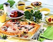 Beerenkuchen mit Sauerrahmguss und Puderzucker