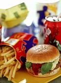 Cheeseburger, Pommes frites und Coca Cola