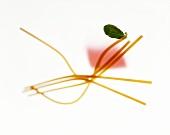 Spaghetti mit Basilikumblatt