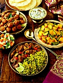 Verschiedene indische Gerichte mit Fladenbrot