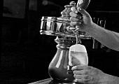 Hände zapfen Bier