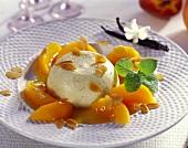 Bayerische Creme mit marinierten Pfirsichspalten