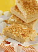 Shortcake with flaked almonds