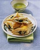 Spinat-Mozzarella-Ecken mit Pinienkernen