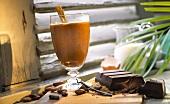 Heiße Schokolade mit Zimtstange im Glas