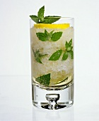 Drink with crushed ice, mint and lemon