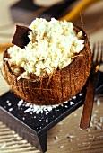 Kokosnusscreme in ausgehöhlter Kokosnuss