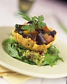 Auberginensalat in knuspriger Parmesanschale