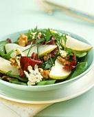Salad leaves with pears, walnuts and gorgonzola