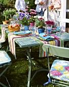 Gedeckter Tisch für ein sommerliches Gartenfest