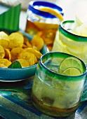 Karibische Drinks und Bananenchips