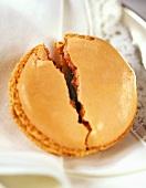 Makrone mit Marmeladenfüllung, halbiert