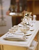 Elegant gedecktes Buffet mit weißem Porzellan und Silber