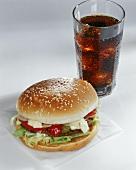 Hamburger mit Mayonnaise und Ketchup; Cola