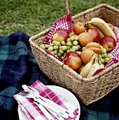 Picknick mit buntem Früchtekorb