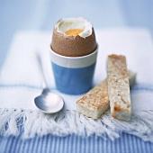 Weiches Ei im Eierbecher; Toast